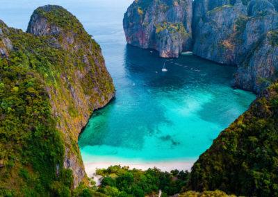 Maya Bay em Phi Phi vista de cima com drone na Tailândia