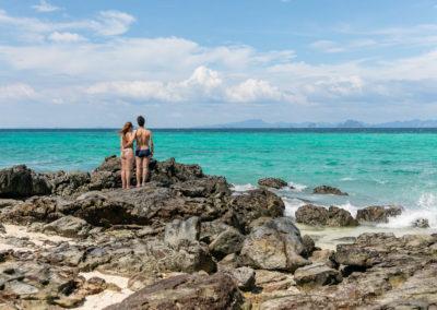 Iuri e Gabi aproveitando os lugares vazios e curtindo o mar azul em Phi Phi
