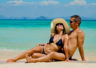 Casal feliz em sessão de fotos com brasileiro na Tailândia