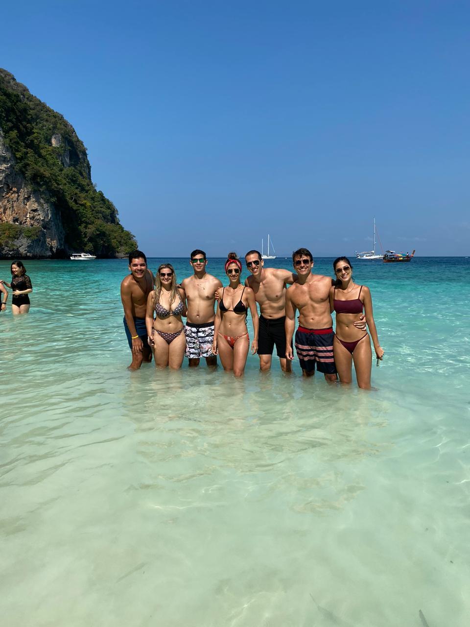 Mas, se fizer o One Day Trip, mesmo em alta temporada, vai evitar multidões do mesmo jeito :) One Day Trip - Passeio de barco com guia falando português em Koh Phi Phi Tailândia