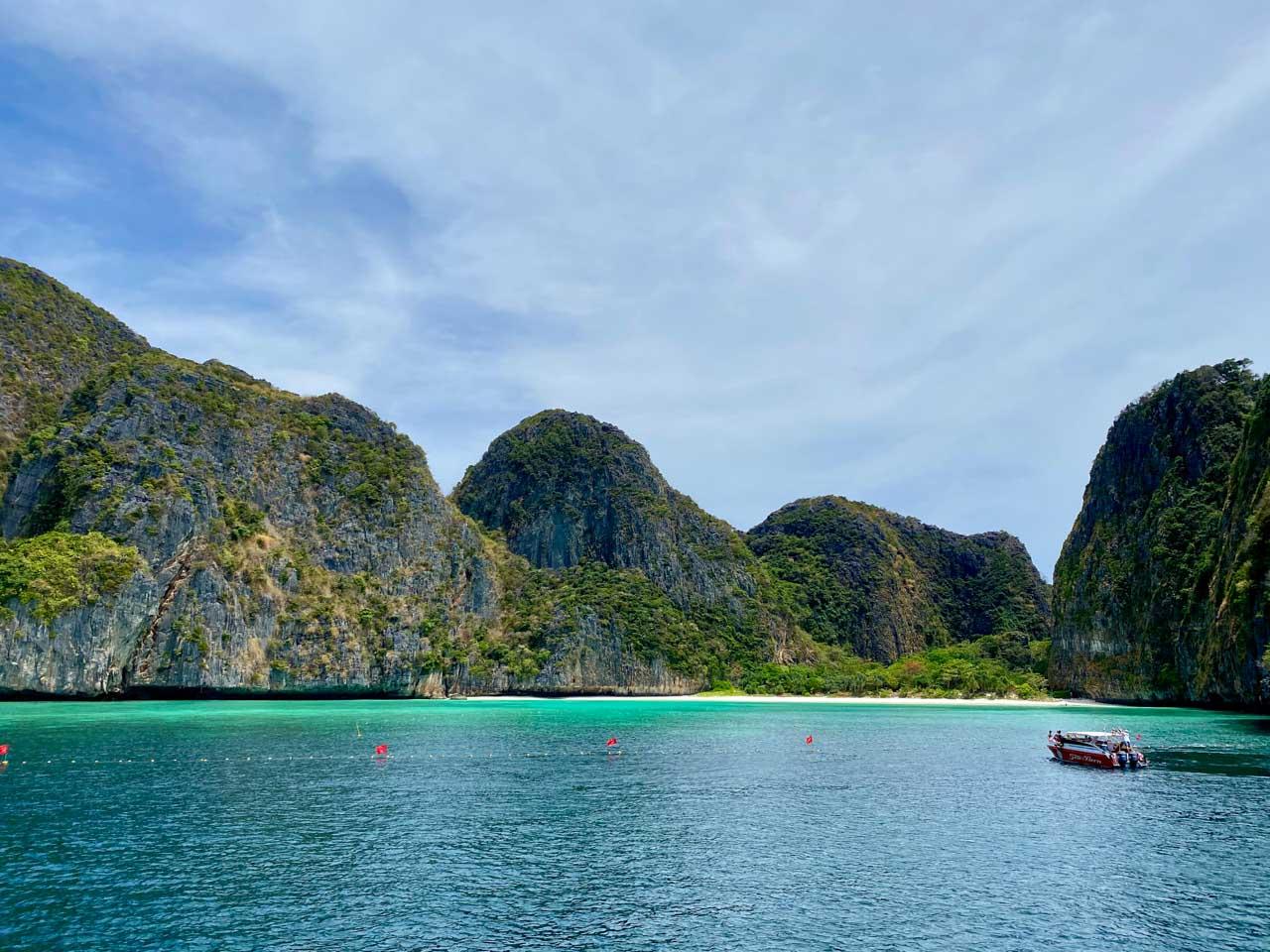Visitando a Maya Bay com a praia fechada. - durante os passeios em Phi Phi, Tailândia