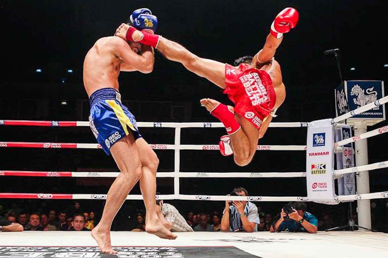 Luta de boxe tailandês.
