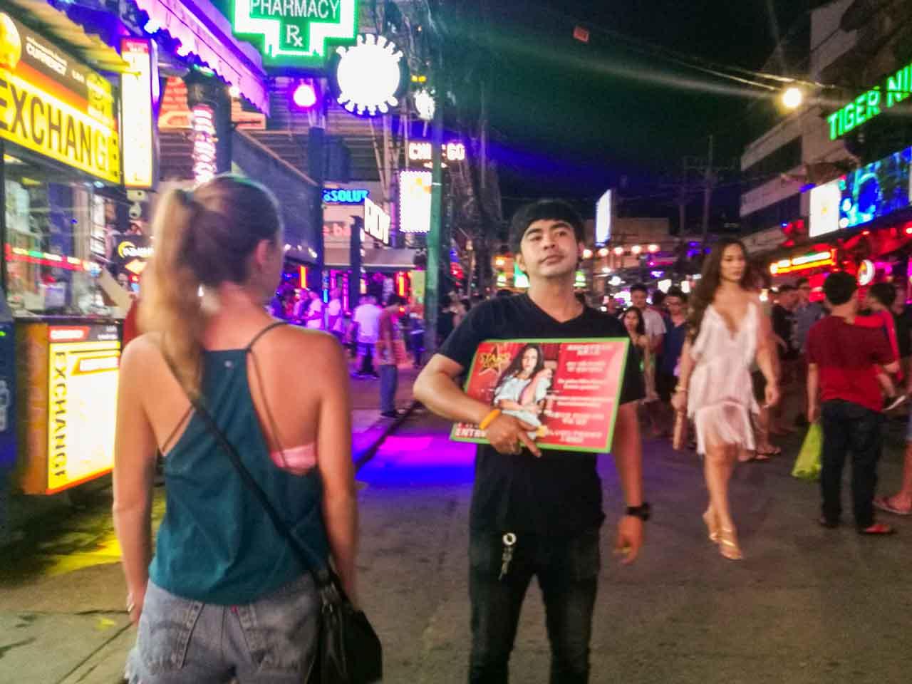 Victória na Bangla Road em Phuket: uma rua de prostituição na Tailândia