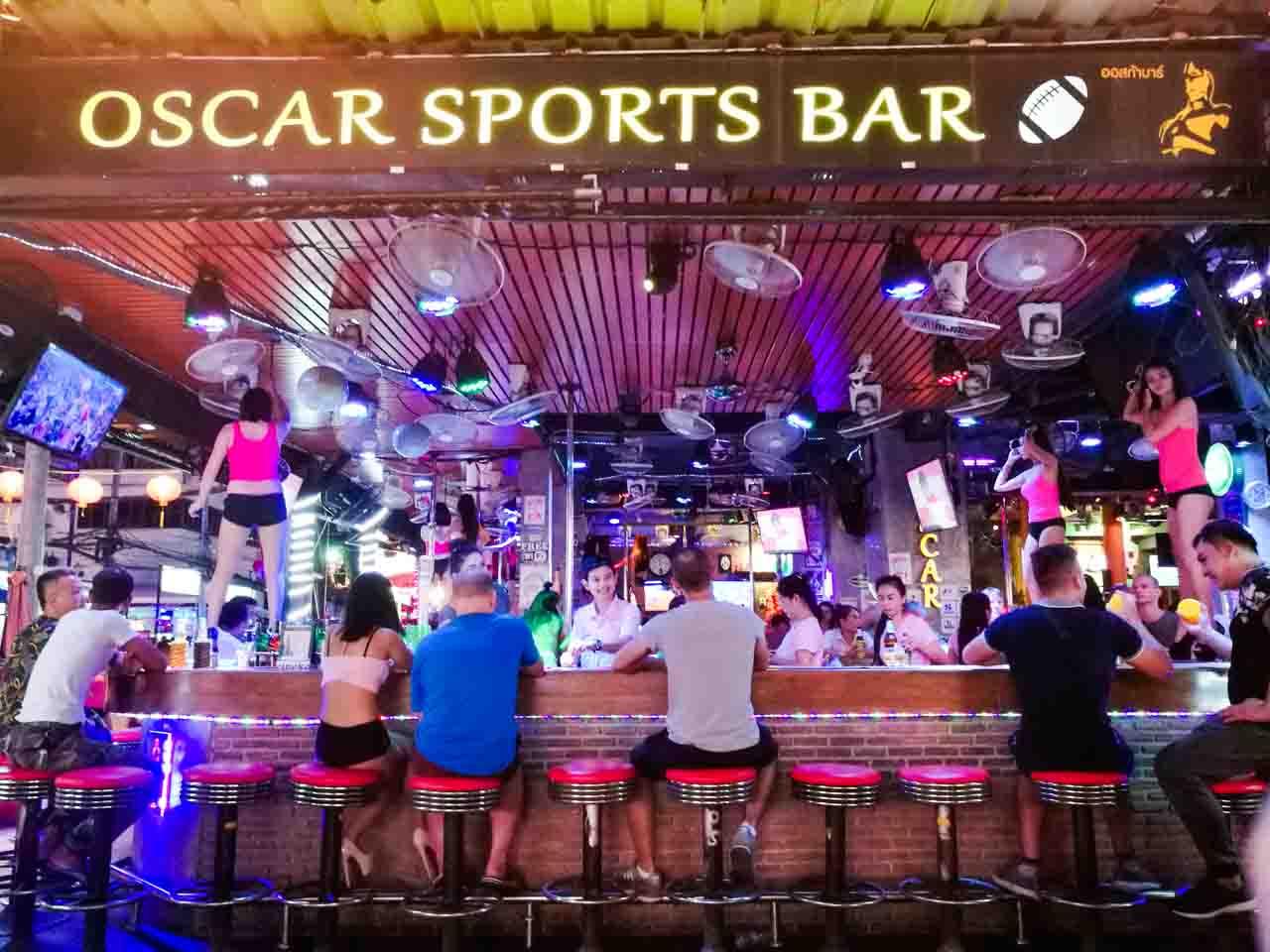 Típico bar na Tailândia que oferece danças e, se requisitado, prostituição.