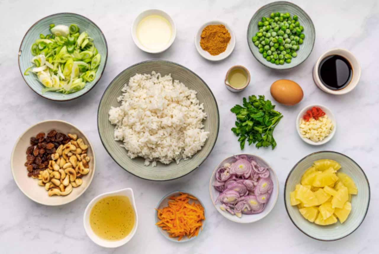 Ingredientes para fazer o arroz frito tailandês.
