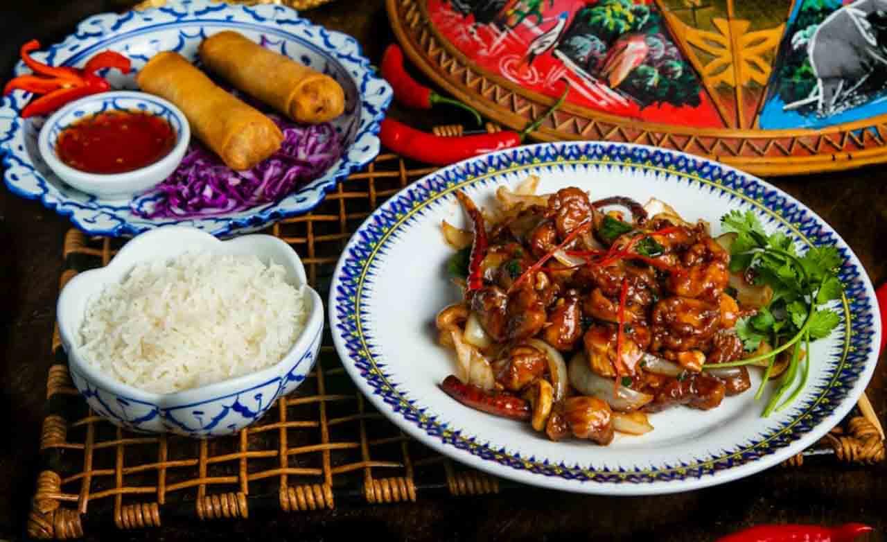 Pratos da culinária tailandesa no Brasil.