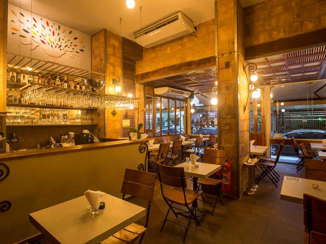 Ambiente aconchegante do Nam Thai: um dos restaurantes de comida tailandesa no RJ, Brasil.